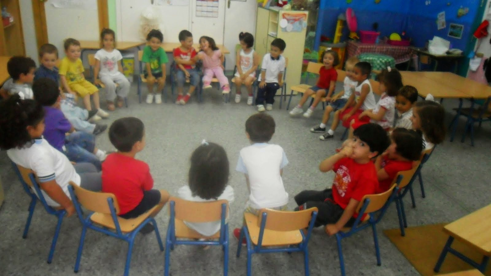 niños bien sendados en sillas en clase